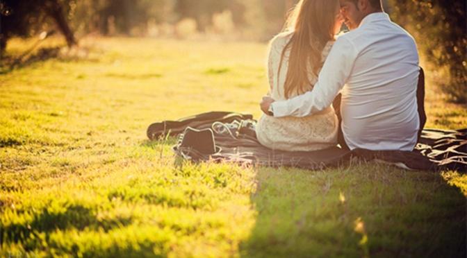 Manos Entrelazadas De Enamorados